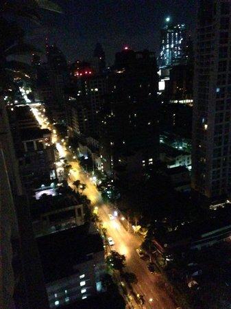 Mayfair, Bangkok - Marriott Executive Apartments : night view from blacony