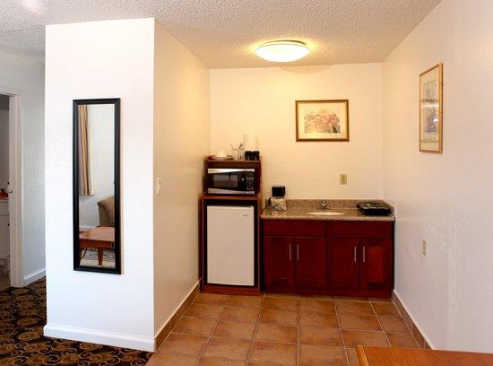 Granada Inn - Silicon Valley: Deluxe Suite Kitchenette