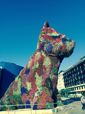 Guggenheim-Museum Bilbao: Wonderful smelling dog!