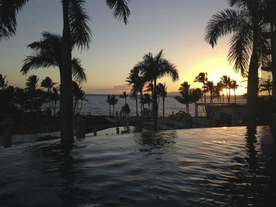 Andaz Maui At Wailea: Infinity pool near upper bar at sunset.