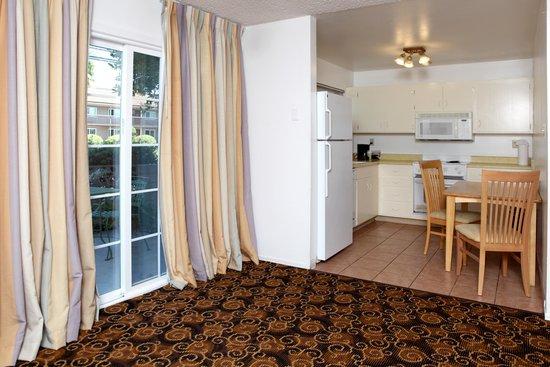 Granada Inn - Silicon Valley: Master Suite Full Kitchen