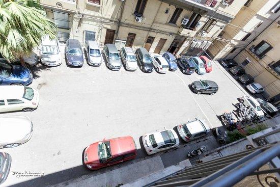 Palazzo Pantaleo B&B: Bakgård med parkeringsplass