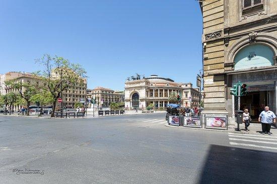 Palazzo Pantaleo B&B: Teatro Politeama-Garibaldi. 200 m fra hotellet