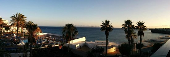 Sandos Papagayo Beach Resort: This is an actual photo taken from the bar in July 2014