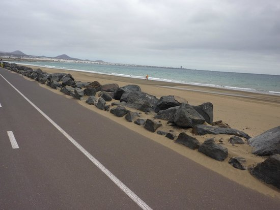 Arrecife Gran Hotel : Cycle route next to the beach!