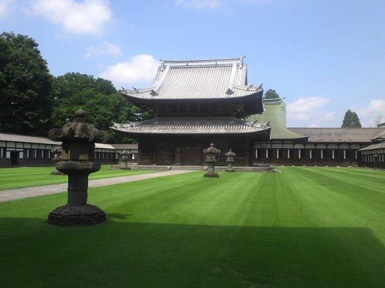 Zuiryuji Temple: 緑の芝生に荘厳な寺院が映えます