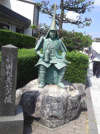 Zuiryuji Temple: 瑞龍寺の手前にある前田利常公の像