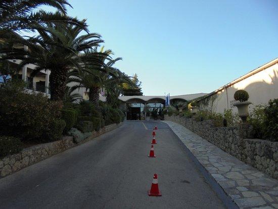 Aeolos Beach Resort : accès vers le bâtiment principal