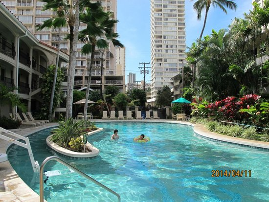 Waikiki Sand Villa Hotel: 広くて浅いプール左端に映っているのがリフトです。