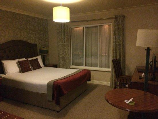 Drury Court Hotel: Bedroom, with bathroom offshot to the left