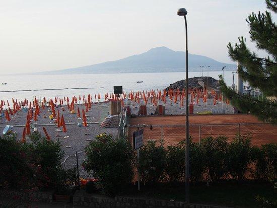 Hotel&Resort Le Axidie: vue de balcon sur Vesuve et notre plage