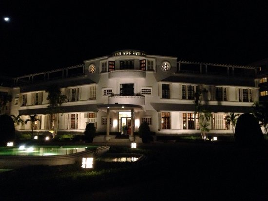 La Residence Hue Hotel & Spa : Front of hotel by night