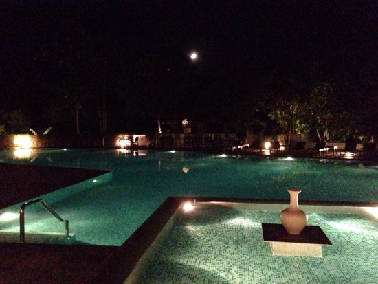 La Residence Hue Hotel & Spa - MGallery by Sofitel : Pool area at night