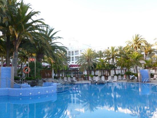 Hotel Riu Palace Maspalomas: Grounds and pool