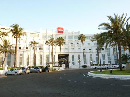 Hotel Riu Palace Maspalomas: Front view of hotel