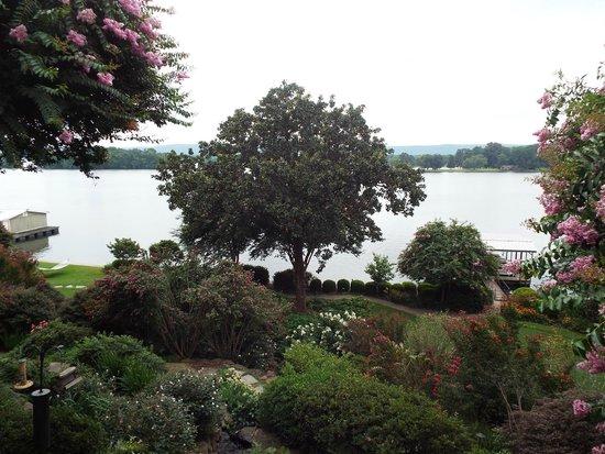Lookout Point Lakeside Inn: Garden View