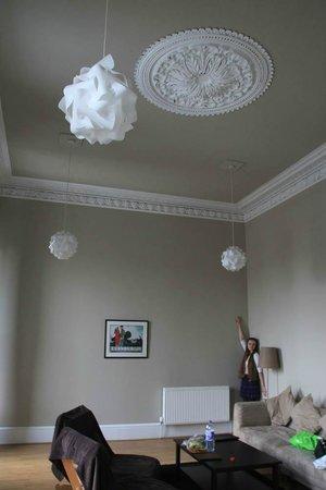 Destination Edinburgh Southside Apartments: Гостинная с высоченными потолками