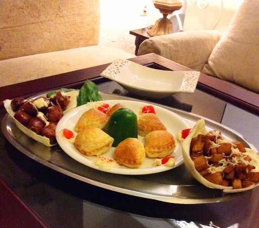 Club Hotel Iliochari: мясные шарики и картошка печеные пирожки с сыром и беконом