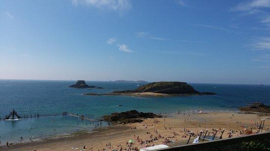 Hotel Restaurant De La Porte Saint-Pierre: Vue sur la plage et baie de St Malo
