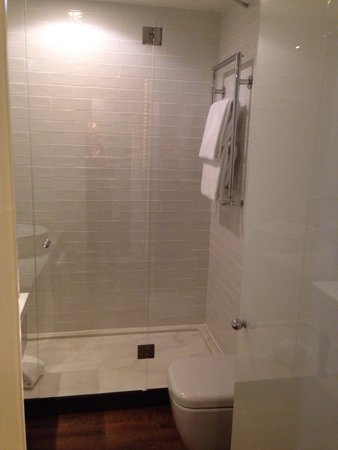 Only You Hotel & Lounge: Bathroom super big and no water mess since the whole shower area is protected by glass (very rar