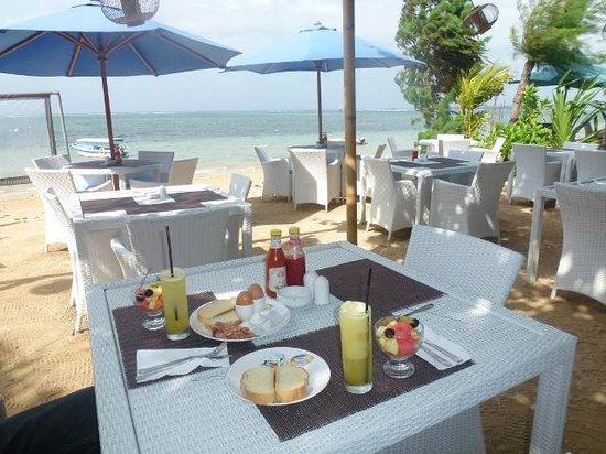 Toro Toro Beach Restaurant: 朝食!スイカは四角のままでしたwぶどうの間違いです。