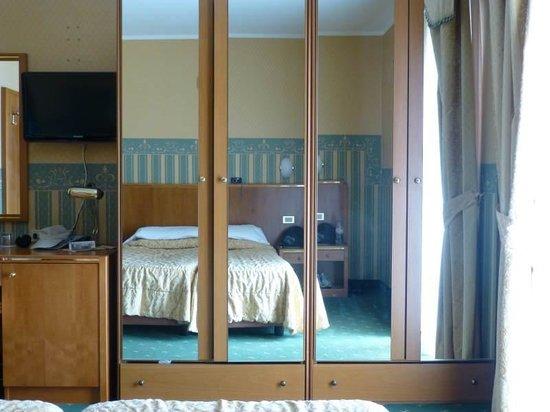 Hotel Splendid Palace: Bedroom (poor TV location)