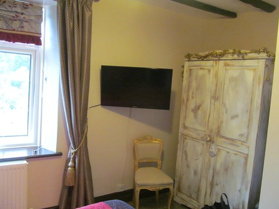 La-Gallerie Bed and Breakfast: Rustic wardrobe and flat screen TV in room 3