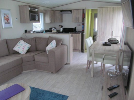 Piran Meadows Resort & Spa: View through lounge to kitchen area