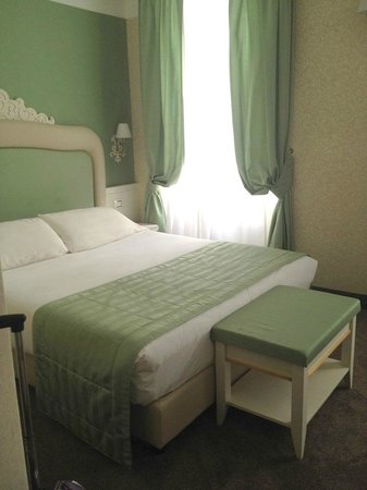 Hotel dei Borgia: светлые просторные номера) это половина номера, с другой стороны еще шкаф в нише и столик