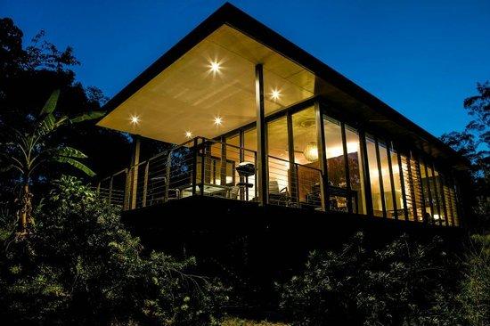 Glas auf Glashaus: Cottage at night