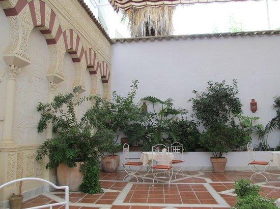 NH Cordoba Califa: Патио для завтрака