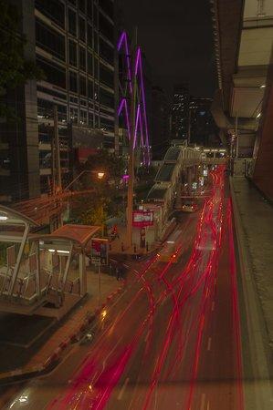 Mode Sathorn Hotel: Foto genomen vanuit skytrain station, paarse lampen linksboven die van hotel