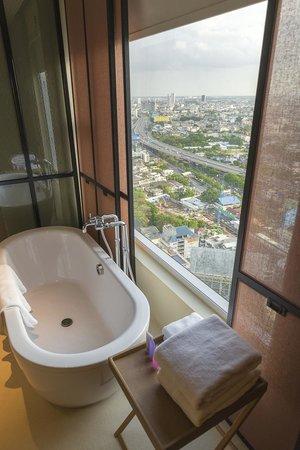 Mode Sathorn Hotel: Uitzicht vanuit badkamer