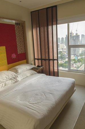 Mode Sathorn Hotel: Hotelkamer, bed en uitzicht