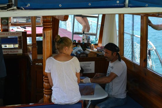 Kas Daily Boat Tours with Bermuda : Captain and his wife preparing lunch