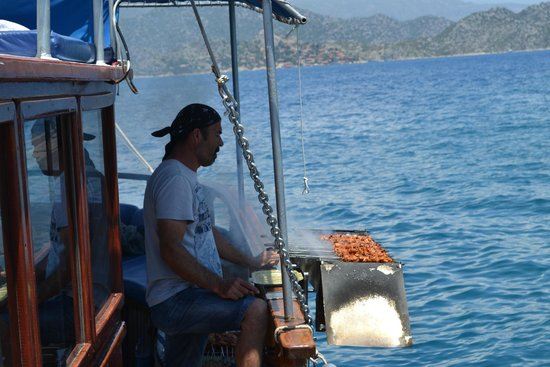 Kas Daily Boat Tours with Bermuda : Captain grilling lunch