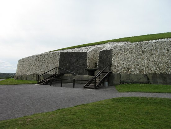 Bru na Boinne : Newgrange, the reconstructed facade and entrance to the passage tomb