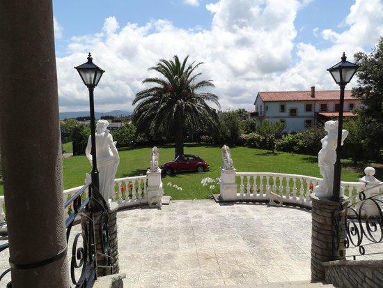 Hotel Antoyana: Vista desde la entrada al hotel