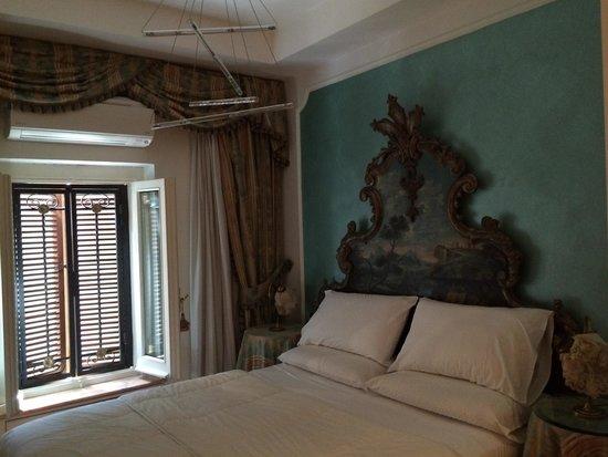 D  R Rome Spanish Luxury Suites: Room