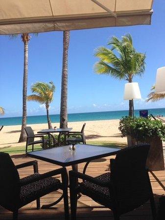 Courtyard by Marriott Isla Verde Beach Resort: breakfast view