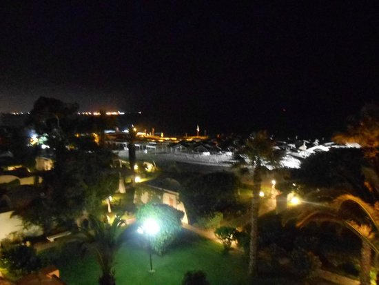 The Orangers Beach Resort & Bungalows: Lovely ground day or night