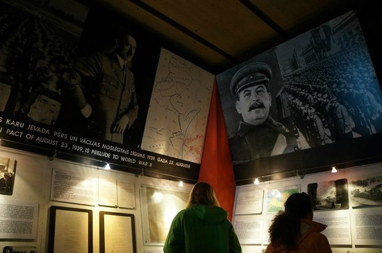 The Museum of the Occupation of Latvia: Гитлер и Сталин над входом