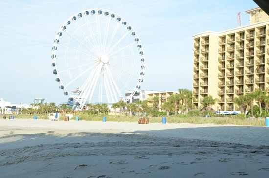 Holiday Inn at the Pavilion : beach view of the hotel and sky wheel