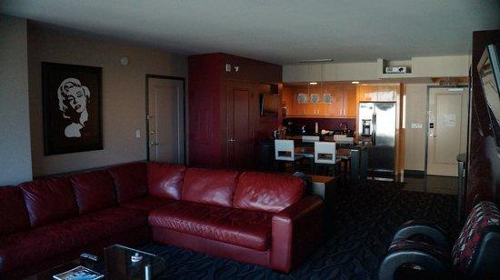 Elara by Hilton Grand Vacations: Sala, cozinha ao fundo. Quarto amplo.