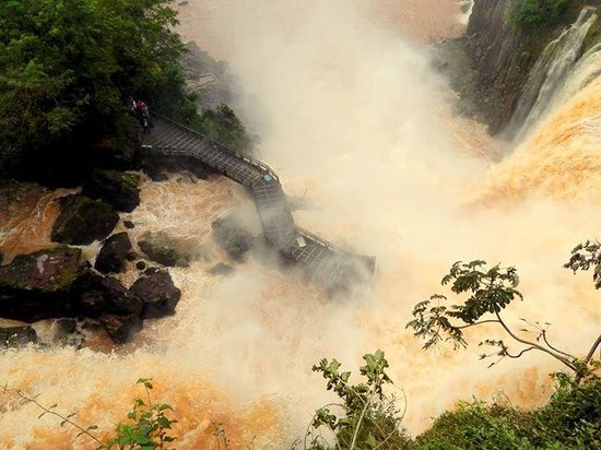 Iguazu Falls: Pasarela inferior con acceso reducido al publico. Junio 2014