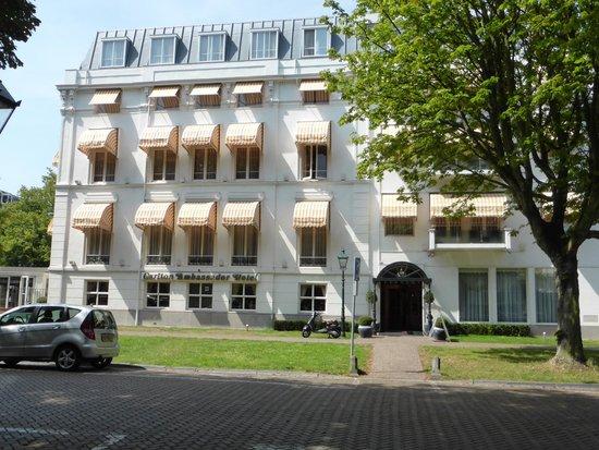 Carlton Ambassador Hotel : Front Entrance