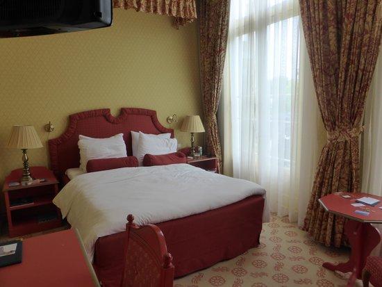 Carlton Ambassador Hotel : Room 205