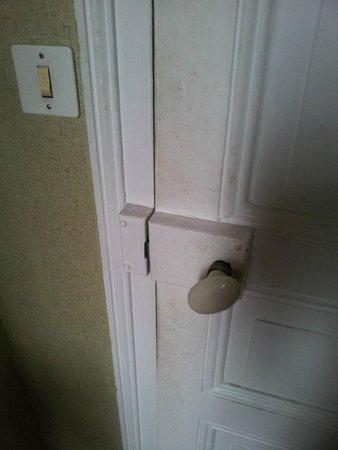 Hotel Gambetta : porte WC Communs très sale