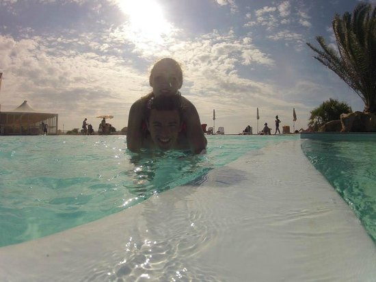 La Plage Noire Hotel & Resort : Pool direkt am Meer