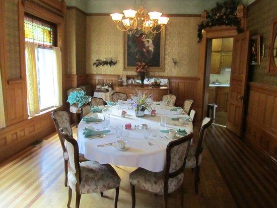Nagle Warren Mansion Bed and Breakfast: Breakfast is served!